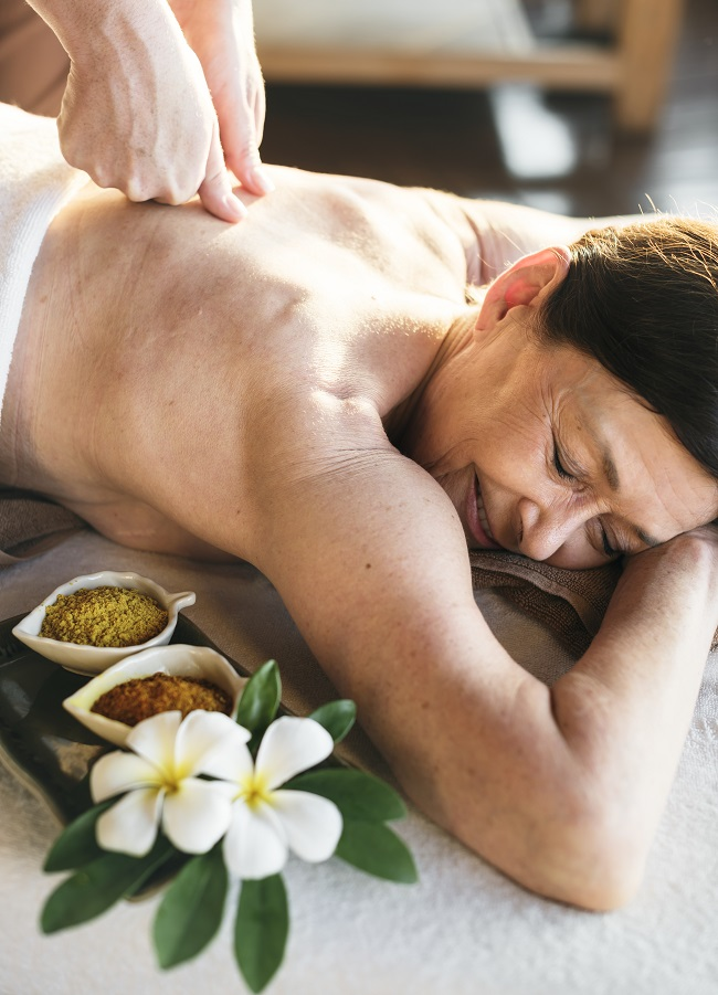Massage d'une personne agée